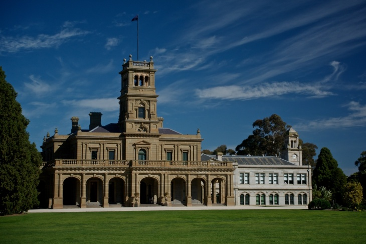The Werribee Mansion in sunlight Nikon V1 10-100mm PD Zoom and a Polarising Filter ISO 140, f/5, 1/250, @22mm